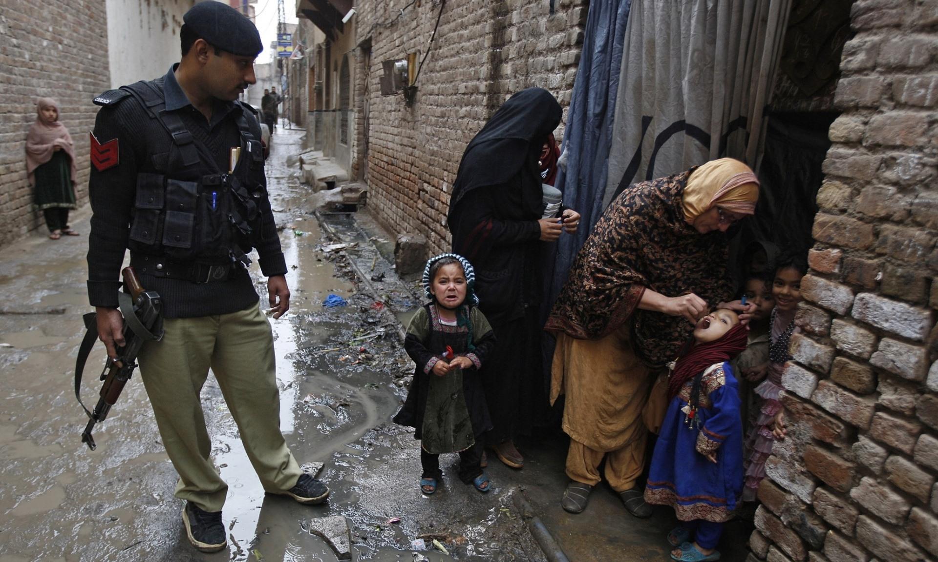 pakistan-oral-polio-vaccine-guns